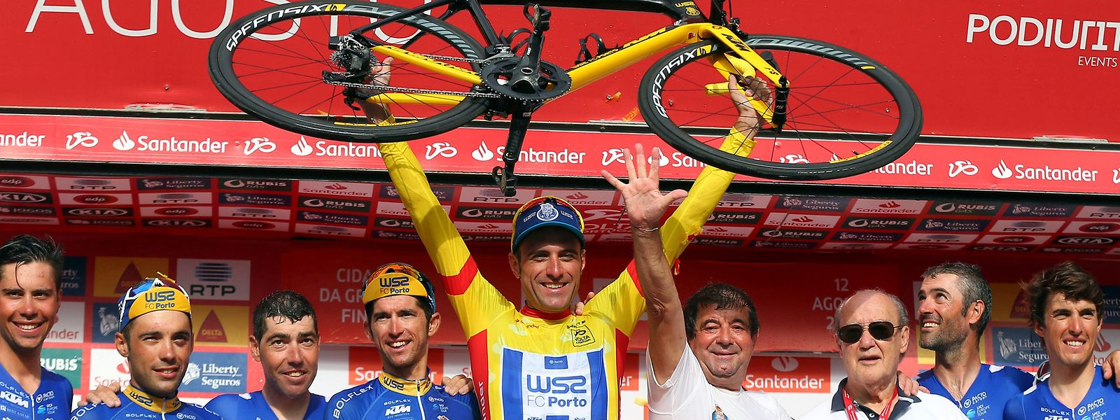 Os ciclistas, equipa técnica e presidente do FC Porto, Pinto da Costa (3D), posam para as fotografias após vencerem a classificação geral individual e por equipas