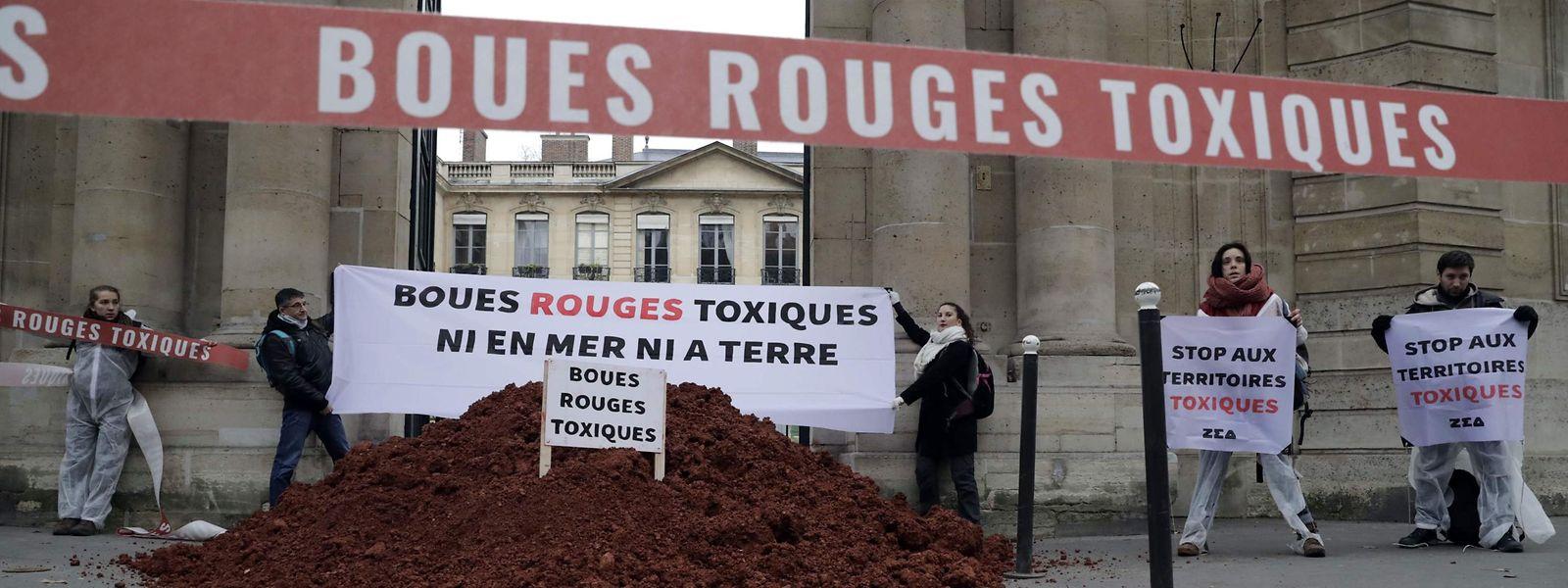 Des militants de l'association de protection de l'océan ZEA ont déversé des «boues rouges» de l'usine Alteo de Gardanne devant le ministère de l'écologie.
