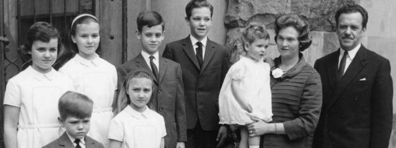 A princesa Alix e o marido Antoine de Ligne, com os sete filhos.