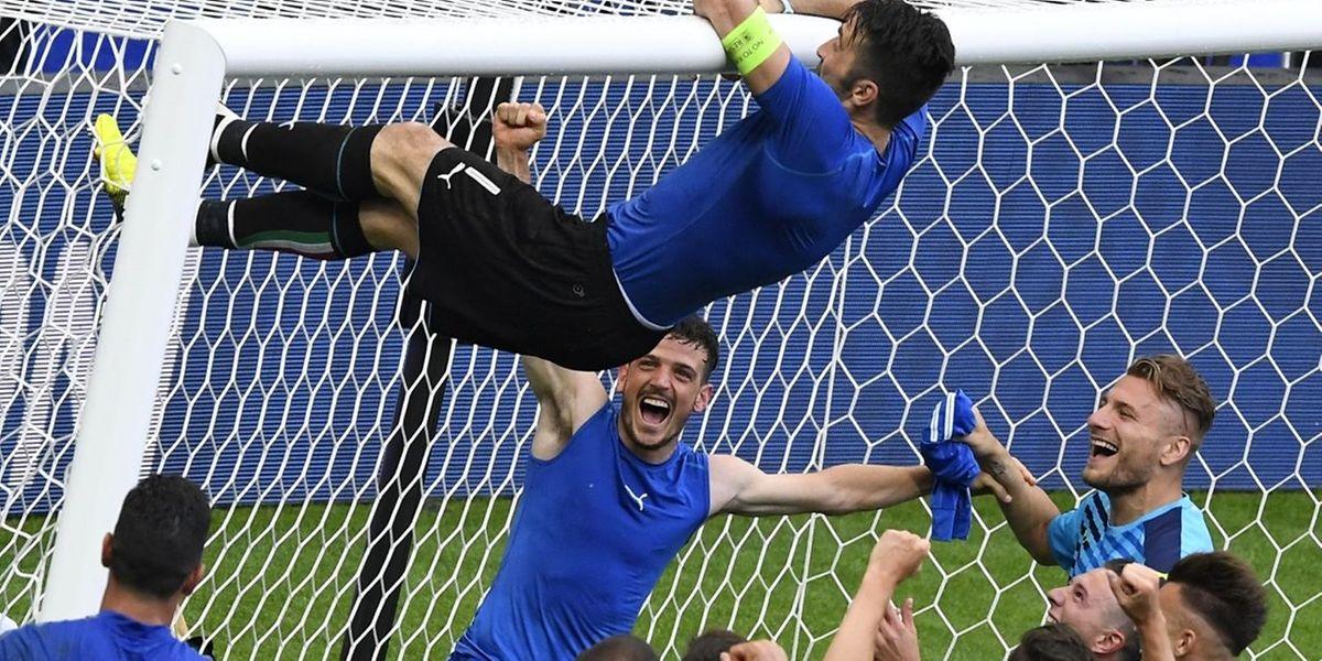 Gianluigi Buffon s'amuse comme un gamin. Symbole de cette Nazionale où la star, c'est l'équipe!