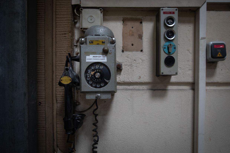 Das Scheibentelefon, das in der oberen Etage an der Wand befestigt ist, stellt heutzutage bereits eine Rarität dar.