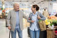 Caregiver – woman helping senior man with shopping Rente Pension