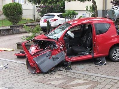Totalschaden: Die Tür der Unglückswagens musste entfernt werden.