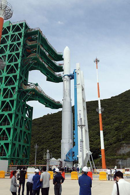 Ein zusammengebautes Modell von Südkoreas selbst entwickelter Rakete Nuri steht auf der Startplattform des Naro-Raumfahrtzentrums in Goheung.
