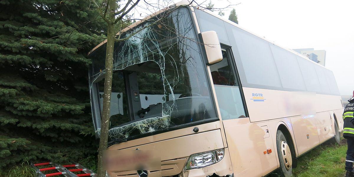 Der Bus geriet in den Straßengraben.