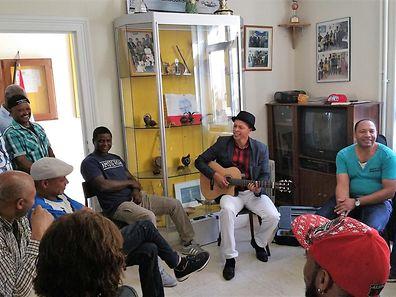 Músico cabo-verdiano Djamilo Gomes, à direita, com alunos de guitarra