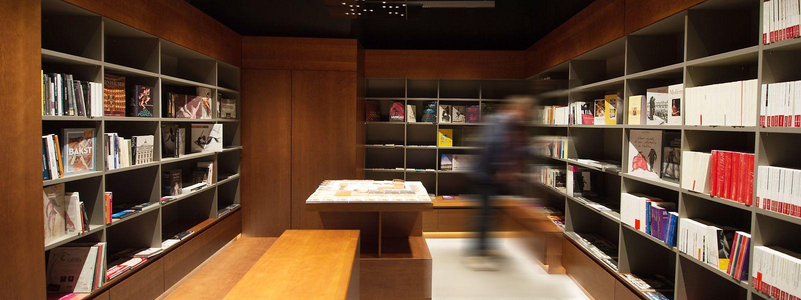 Das Sterben der Buchhändler findet zwar scheinbare Lösungen wie der Laden am Kapuzinertheater, doch auch die neue Unterstützungen für die Händler wäre eine Möglichkeit, wie man indirekt die Literaturszene und letztlich auch die nationalen Autoren fördern könnte.