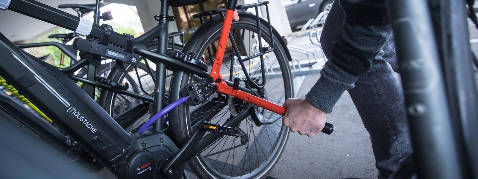 Grundsätzlich ist jedes Fahrradschloss knackbar: Hochwertigere Schlösser nehmen allerdings auch mit schweren Werkzeugen deutlich mehr Zeit in Anspruch – und das schreckt viele Diebe ab.