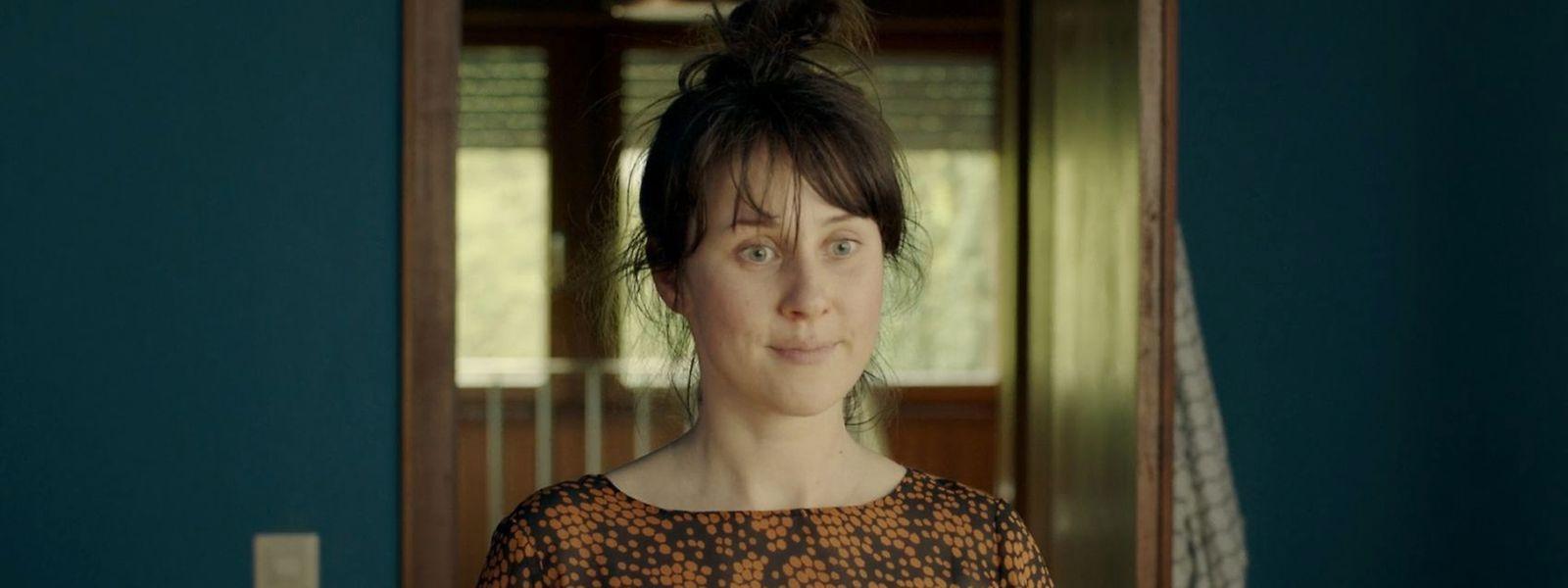 Anette (Marlene Morreis) versucht sich nicht anmerken zu lassen, dass sie vom Verhalten ihres Freundes schockiert ist.