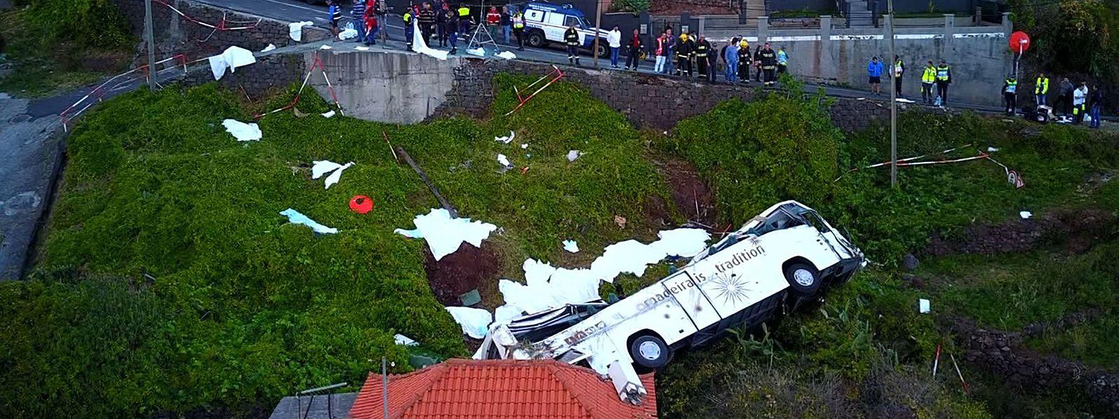 A Santa Cruz le bus est tombé de plusieurs mètres en contrebas, s'écrasant en partie sur une habitation à flanc de colline.