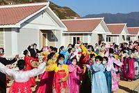 Norte-coreanos celebram a inauguração de novo bairro residencial após a devastação recente causada por um furacão no país.