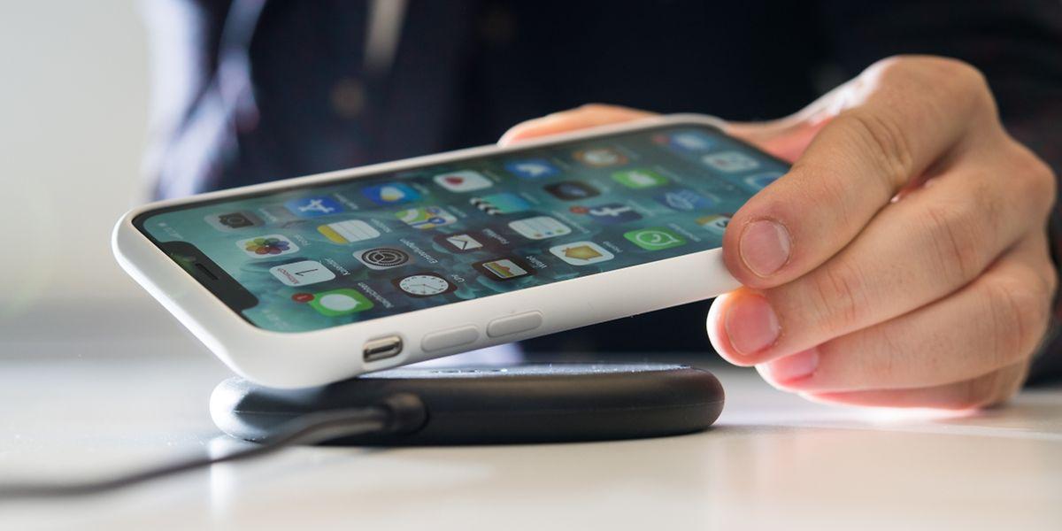 Nach vielen Jahren der Verweigerung setzt nun auch Apple beim iPhone X auf drahtloses Laden über den Qi-Standard. Die Ladegeräte gibt es im Zubehörhandel.