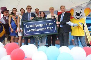 Die Besitzer des Europa Park Roland Mack (4.v.l.) und J�rgen Mack (rechts) zusammen mit prominenten G�sten, die am Samstag an der Einweihung des Luxemburger Platzes teilnahmen. Unter ihnen waren Ministerin Corinne Cahen (3.v.r.), Staatssekret�rin Francine Closener (2.v.r.), Landrat Frank Scherer (4.v.r.), Miss Luxembourg Ada Strock ( 3.v.l.) und Miss Germany Lena Br�der (l).