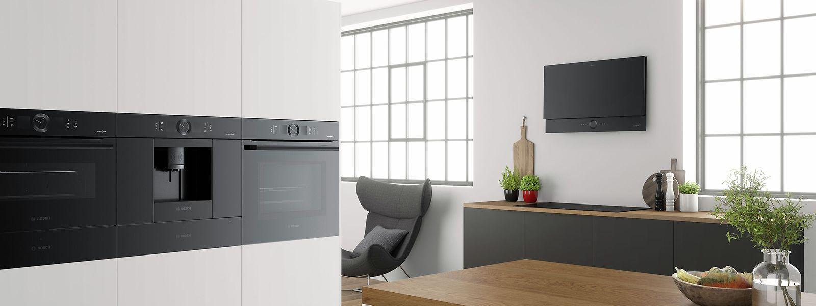 """Bosch stellt auf der IFA 2018 eine neue Serie von komplett schwarzen Einbaugeräten mit dem Namen """"accent line carbon blac"""" vor."""