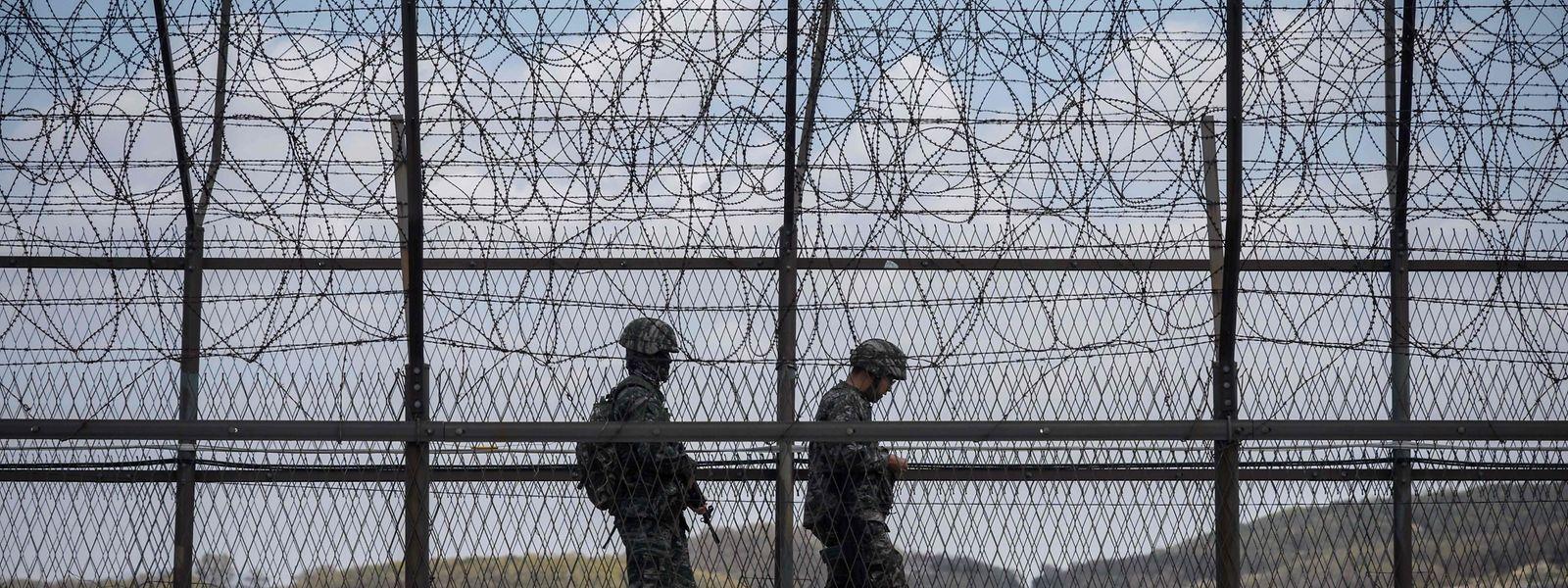 Südkoreanische Soldaten patrouillieren entlang des Grenzzauns zu Nordkorea.