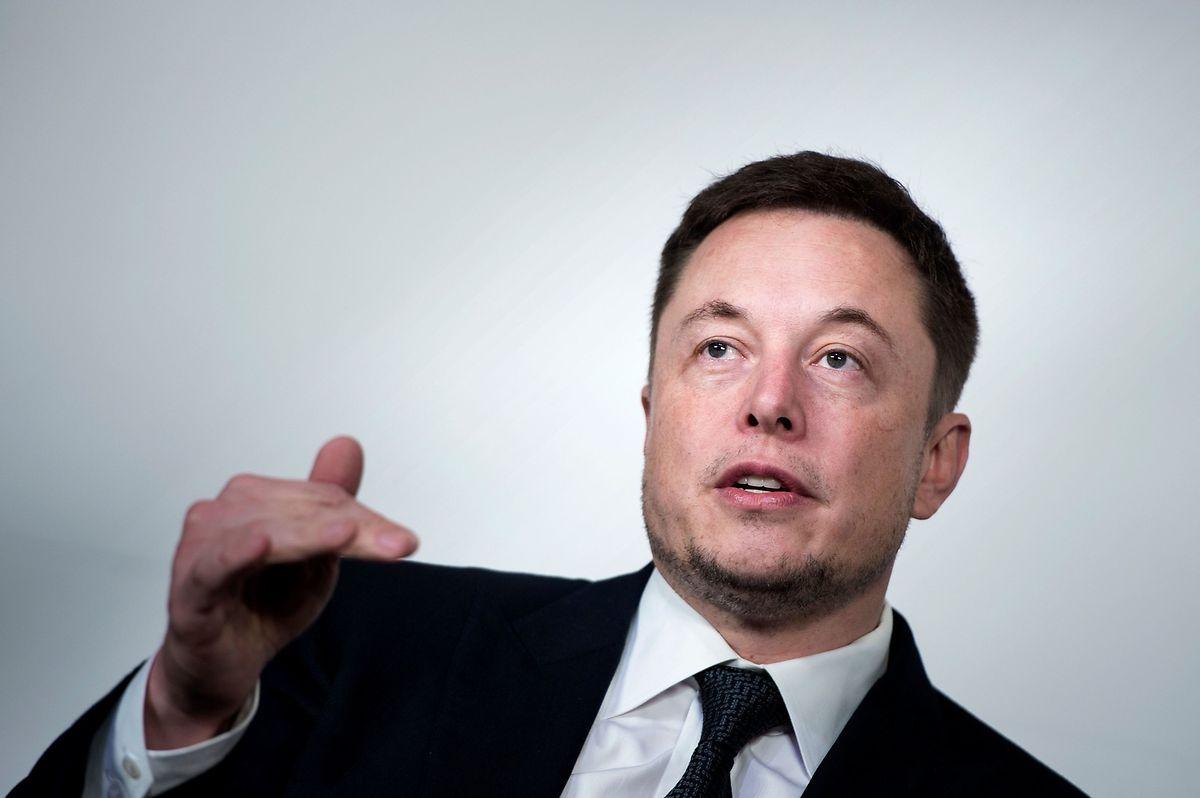 """Elon Musk räumt nun ein: Beim versprochenen Einstiegspreis würde Tesla """"Geld verlieren und sterben"""" - Kunden bräuchten Geduld."""