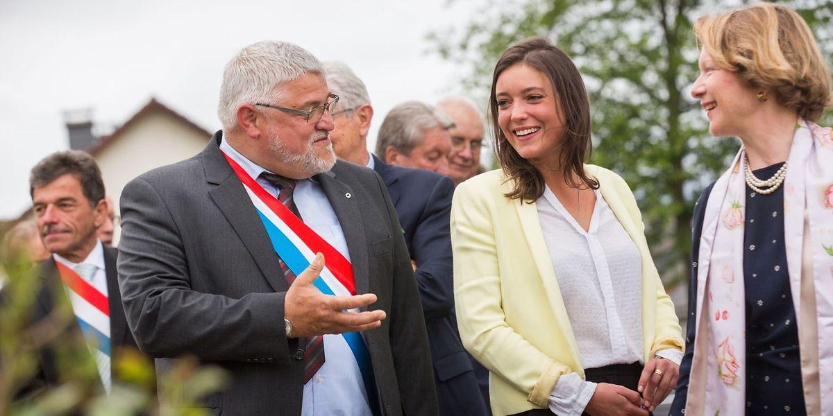 Prinzessin Alexandra wird von Bürgermeister Michel Malherbe durch den neuen Rosengarten geführt.