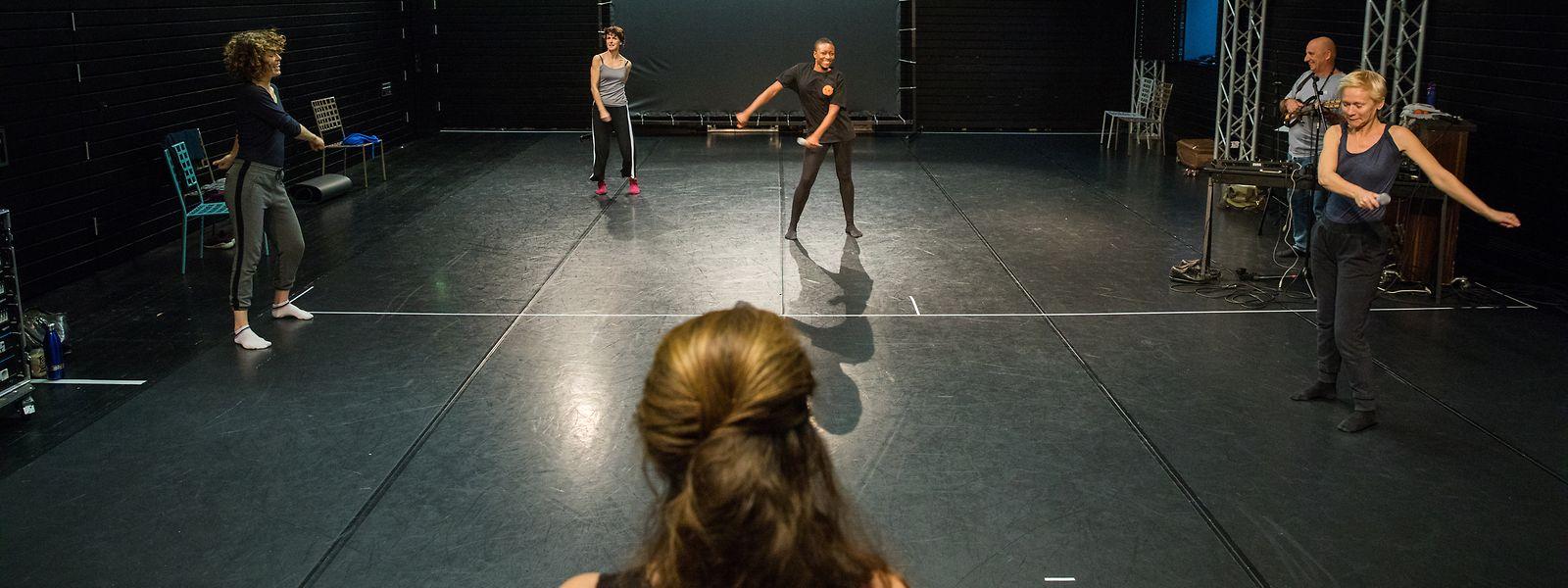 Quatre actrices en répétition sous l'œil avisé de Catherine Schaub.