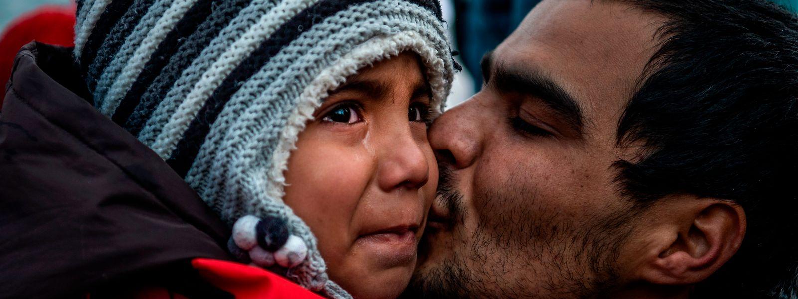 Ein Kind weint, als es in dem Dorf Skala Sikaminias auf der griechischen Insel Lesbos ankommt, nachdem es mit anderen Migranten aus der Türkei die Ägäis überquert hat.