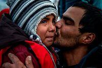 ARCHIV - 28.02.2020, Griechenland, Lesbos: Ein Kind weint, als es in dem Dorf Skala Sikaminias auf der griechischen Insel Lesbos ankommt, nachdem es mit anderen Migranten aus der Türkei die Ägäis überquert hat. Ein Sprecher der türkischen Regierungspartei AKP drohte der staatlichen Nachrichtenagentur Anadolu zufolge kaum verhohlen damit, den Flüchtlingen im Land die Grenzen zu öffnen. Foto: Angelos Tzortzinis/dpa +++ dpa-Bildfunk +++