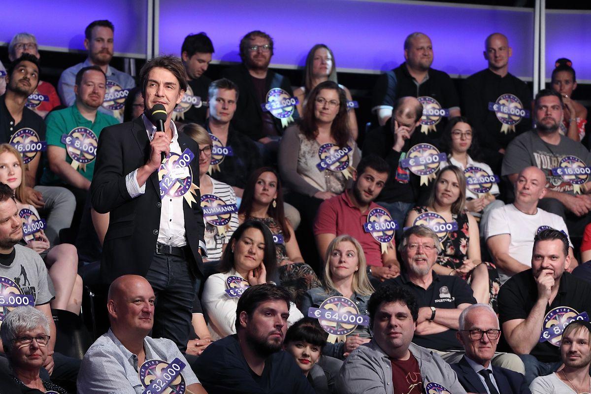Das Studiopublikum der Jubiläumsshow besteht nur aus prominenten und nicht-prominenten Ehemaligen, die in den vergangenen 20 Jahren schon mal bei Günther Jauch auf dem Ratestuhl um die Million gespielt haben - darunter Matze Knopp (am Mikrofon).