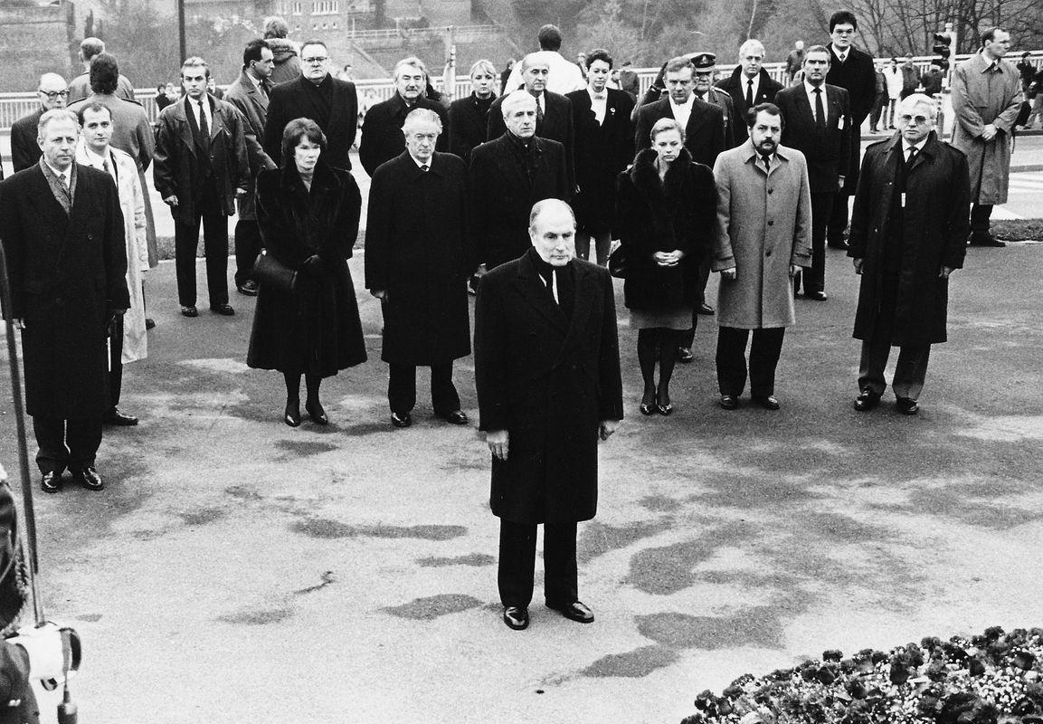 Le matin du second jour de sa visite, le président Mitterrand a déposé une gerbe au Monument national de la Solidarité.