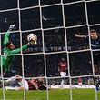La reprise de la tête victorieuse de Mauro Icardi. Le derby entre l'Inter et l'AC Milan s'est joué dans les derniers instants.