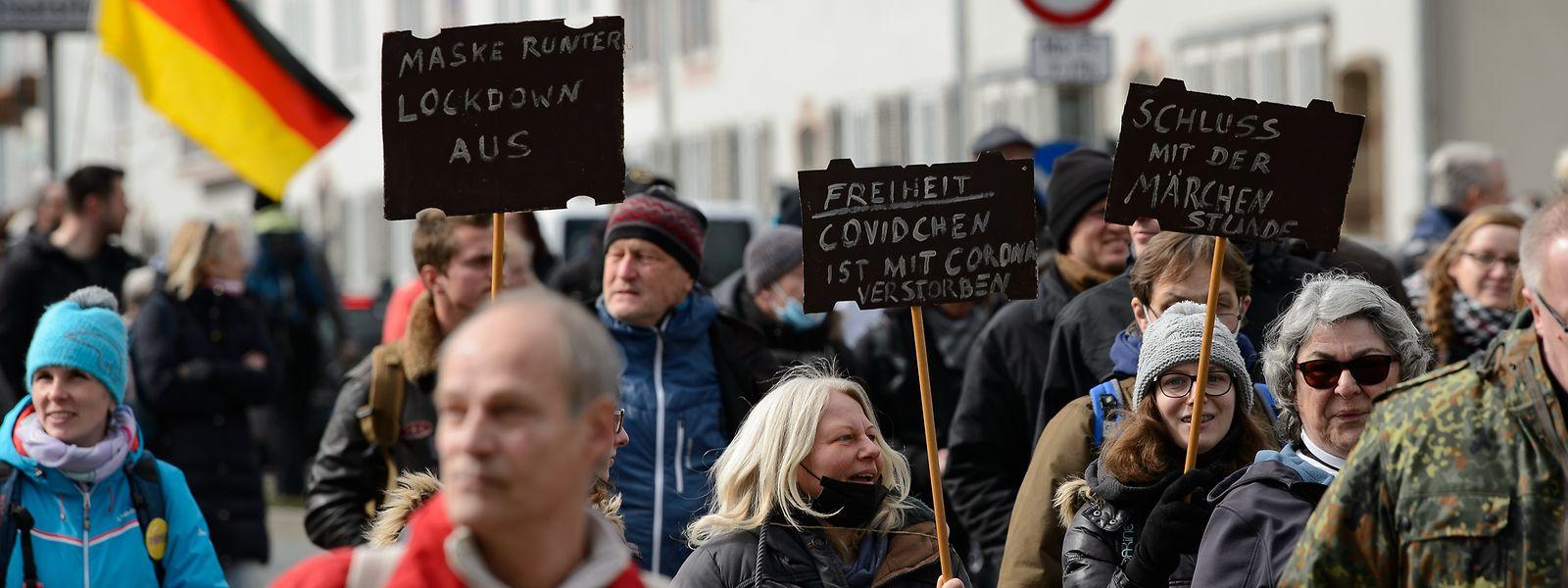 Teilnehmer gehen bei einer Kundgebung unter dem Motto «Freie Bürger Kassel - Grundrechte und Demokratie» durch die Stadt - ohne Mund-Nasen-Schutz und ohne Abstand.