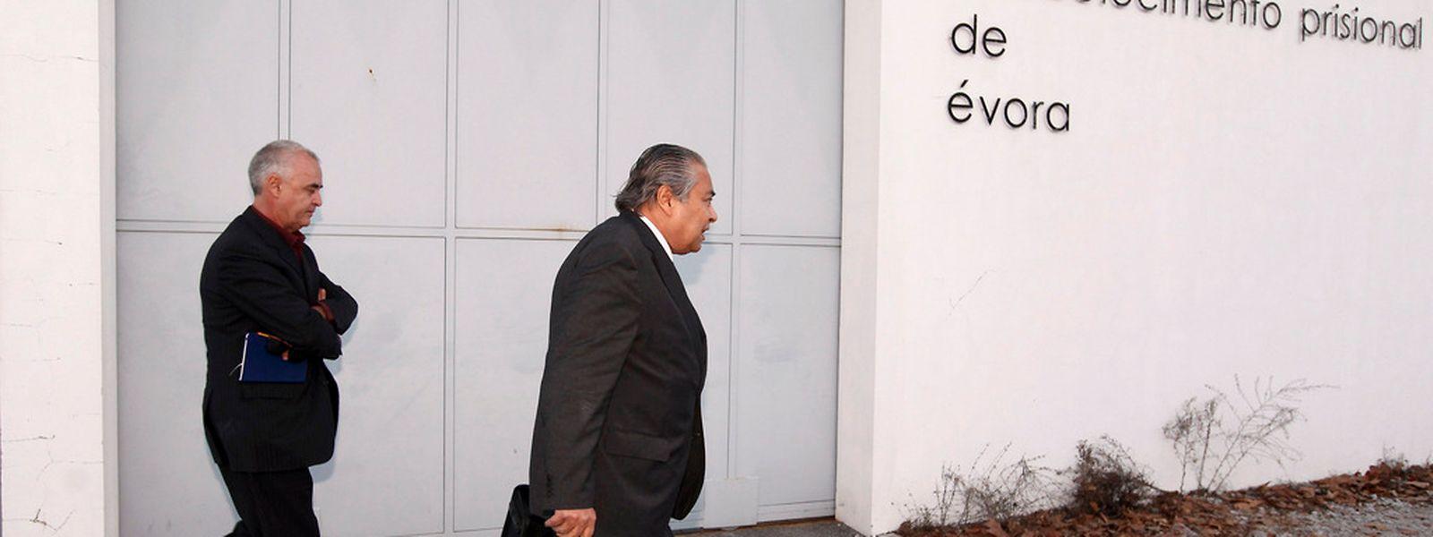Os advogados João Araújo (D) e Pedro Pulido, à saida do Estabelecimento Prisional de Évora onde estiveram reunidos com o seu cliente, o ex-primeiro ministro, José Sócrates, que está indiciado por crimes de corrupção, fraude fiscal qualificada e branqueamento de capitais.