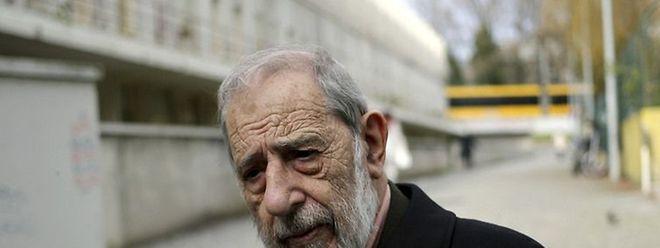 Álvaro Siza Vieira nasceu em Matosinhos, em 1933, e estudou Arquitetura na Escola Superior de Belas Artes do Porto, entre 1949 e 1955.