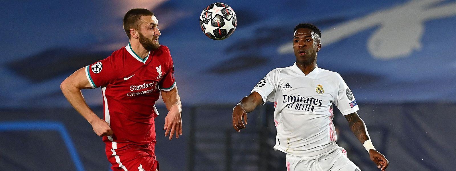 Liverpools Nathaniel Phillips kann Real-Doppeltorschütze Vinicius Junior (r.) nicht stoppen.