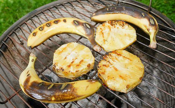Dessert vom Grill:Früchte wie gegrillte Bananen schmecken warm zu Vanilleeis.