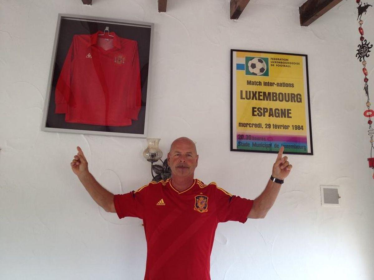 Le maillot de Carlos Santillana trône à l'entrée de son domicile à Els Poblets.