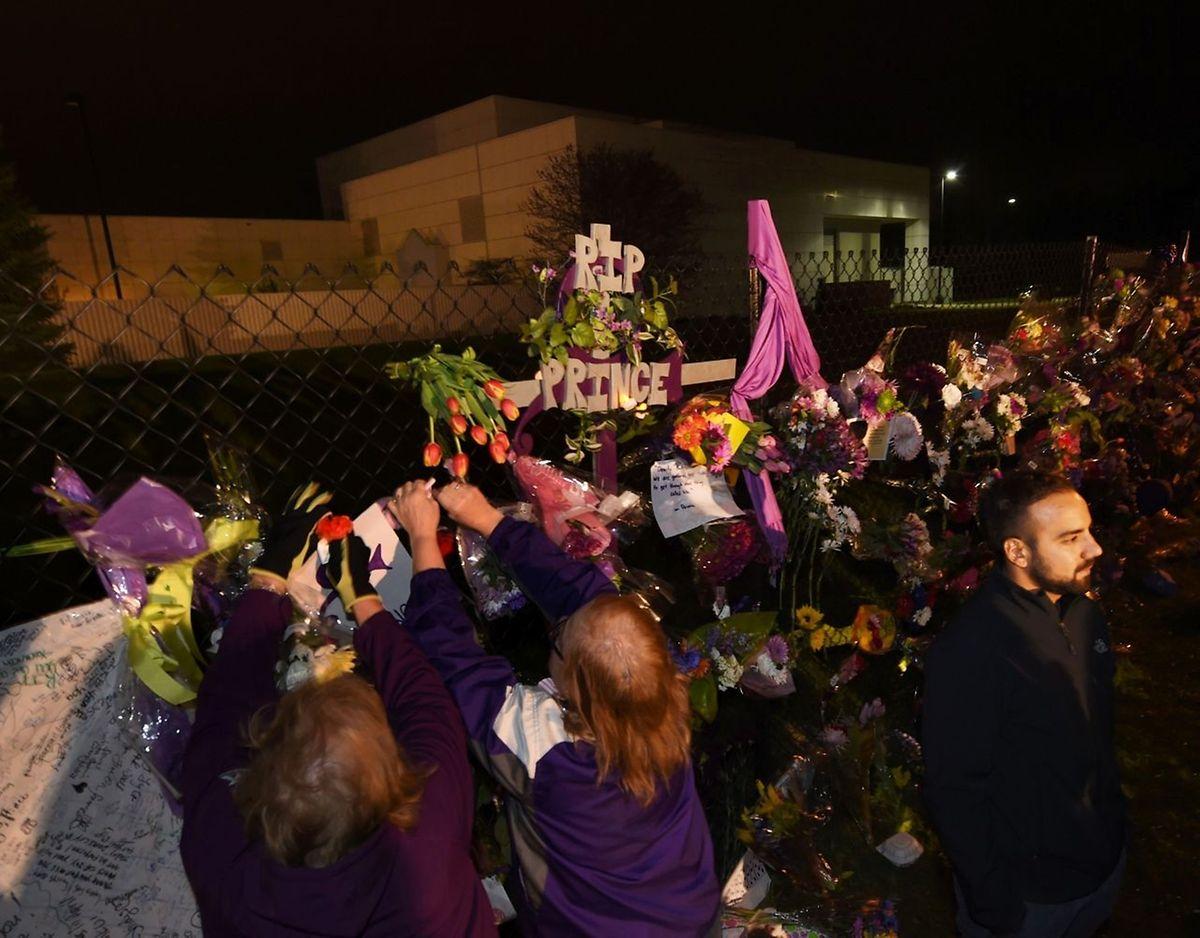Vor dem Studio von Prince in Minnesota legten Fans Blumen nieder.