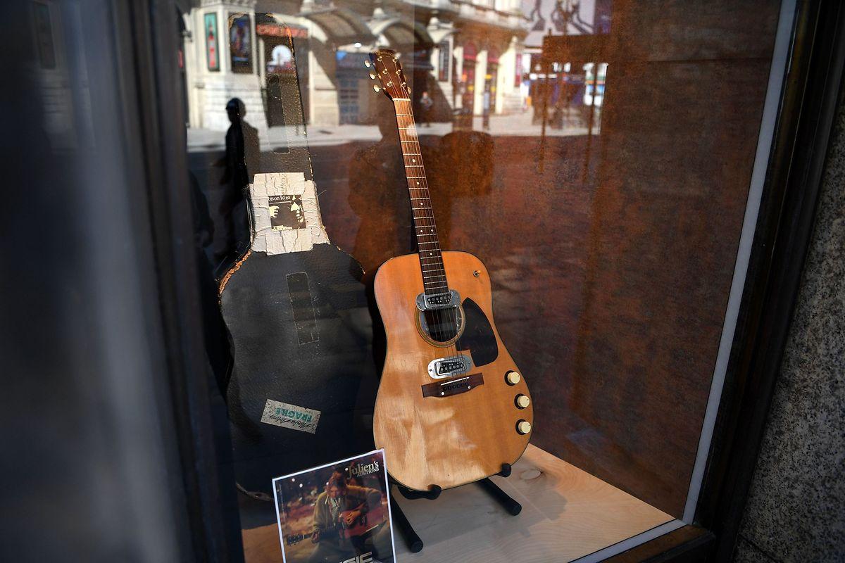 Die Gitarre gab es zusammen mit dem Original-Hartschalenkoffer, den Kurt Cobain mit einem Aufklaber dekoriert hatte.