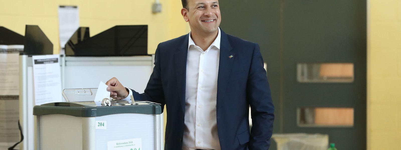 Leo Varadkar, Premierminister von Irland, gibt in einem Wahllokal seine Stimme ab.