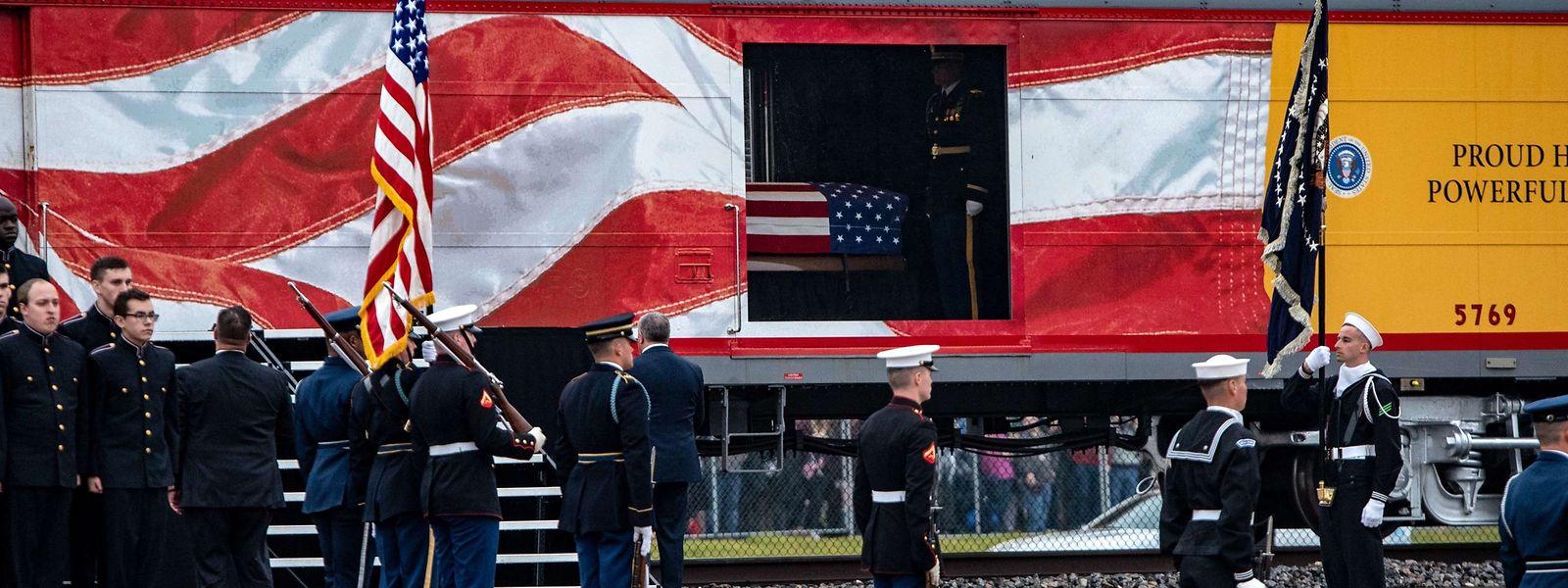 """Der Sonderzug mit der bereits 2005 nach dem Präsidenten benannten Lok """"4141"""" fuhr quer durch Texas nach College Station."""