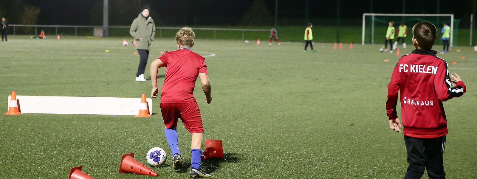 Die Nachwuchsspieler des FC Kehlen sind mit vollem Einsatz bei der Sache.