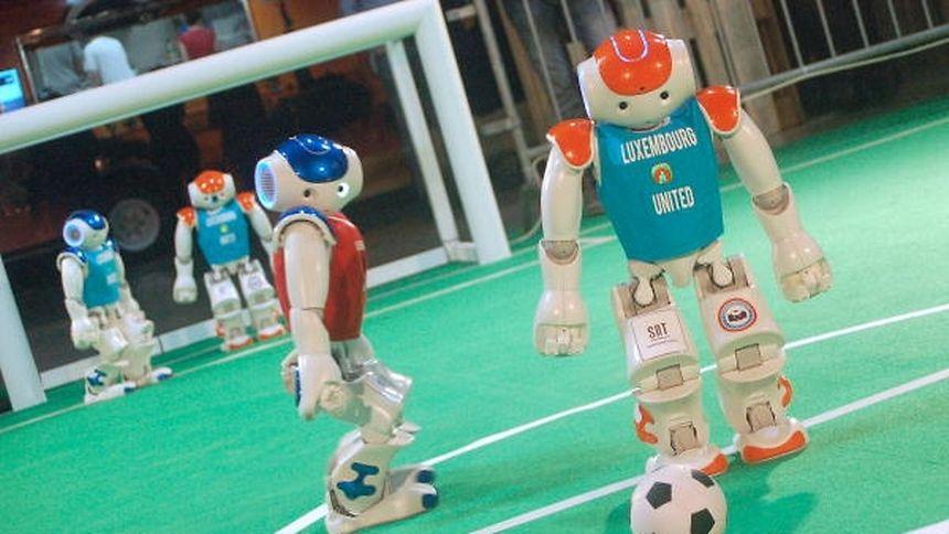 Die Robot-Soccer-Spieler müssen eigenständig entscheiden und handeln.