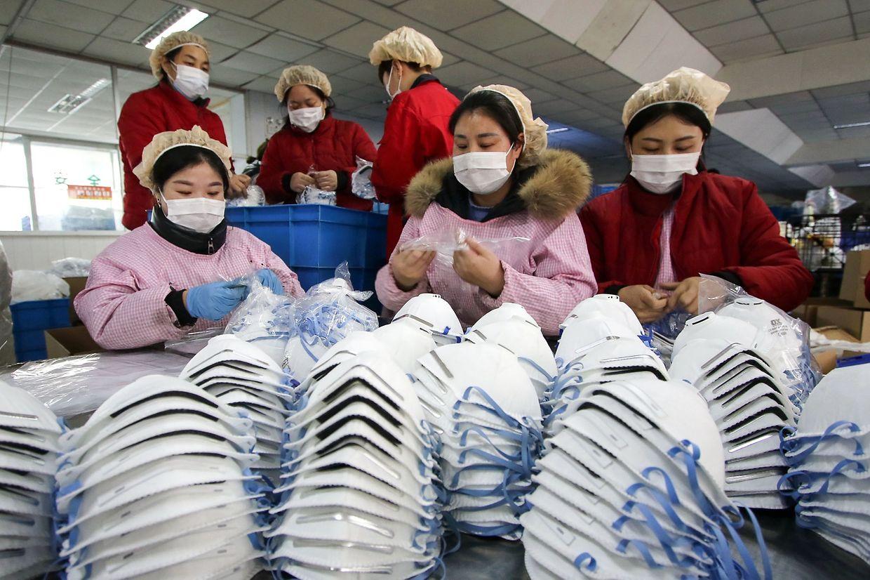 Le 23 janvier, la Chine a interdit aux trains et aux avions de quitter la province de Wuhan au centre de l'épidémie cherchant ainsi à isoler ses 11 millions d'habitants.