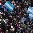 Menschen schwenken argentinische Flaggen auf dem Petersplatz. Foto: Claudio Peri.