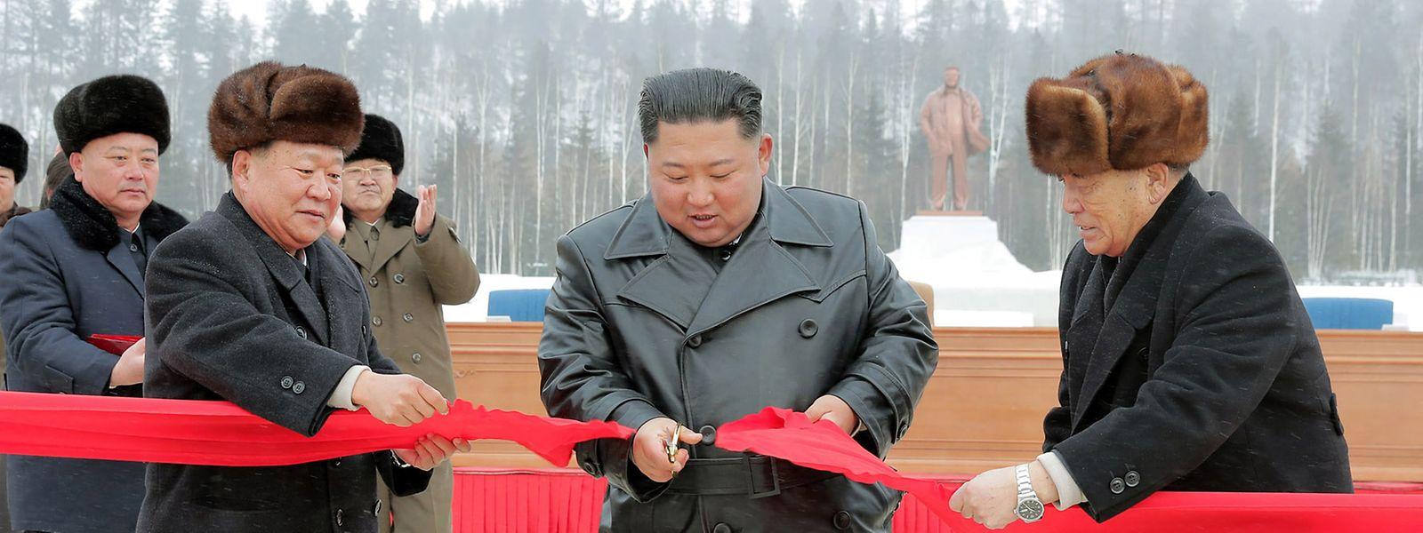 Kim Jong Un (M.) bei einer Einweihungszeremonie, mutmaßlich der von Samjiyon. Das Foto wurde von der staatlichen nordkoreanischen Nachrichtenagentur KCNA zur Verfügung gestellt. Seine Echtheit konnte nicht geprüft werden.