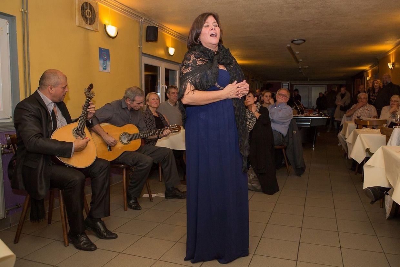 A fadista Paula Oliveira foi acompanhada à guitarra portuguesa por Miguel Silva e na viola por Joaquim Caniço
