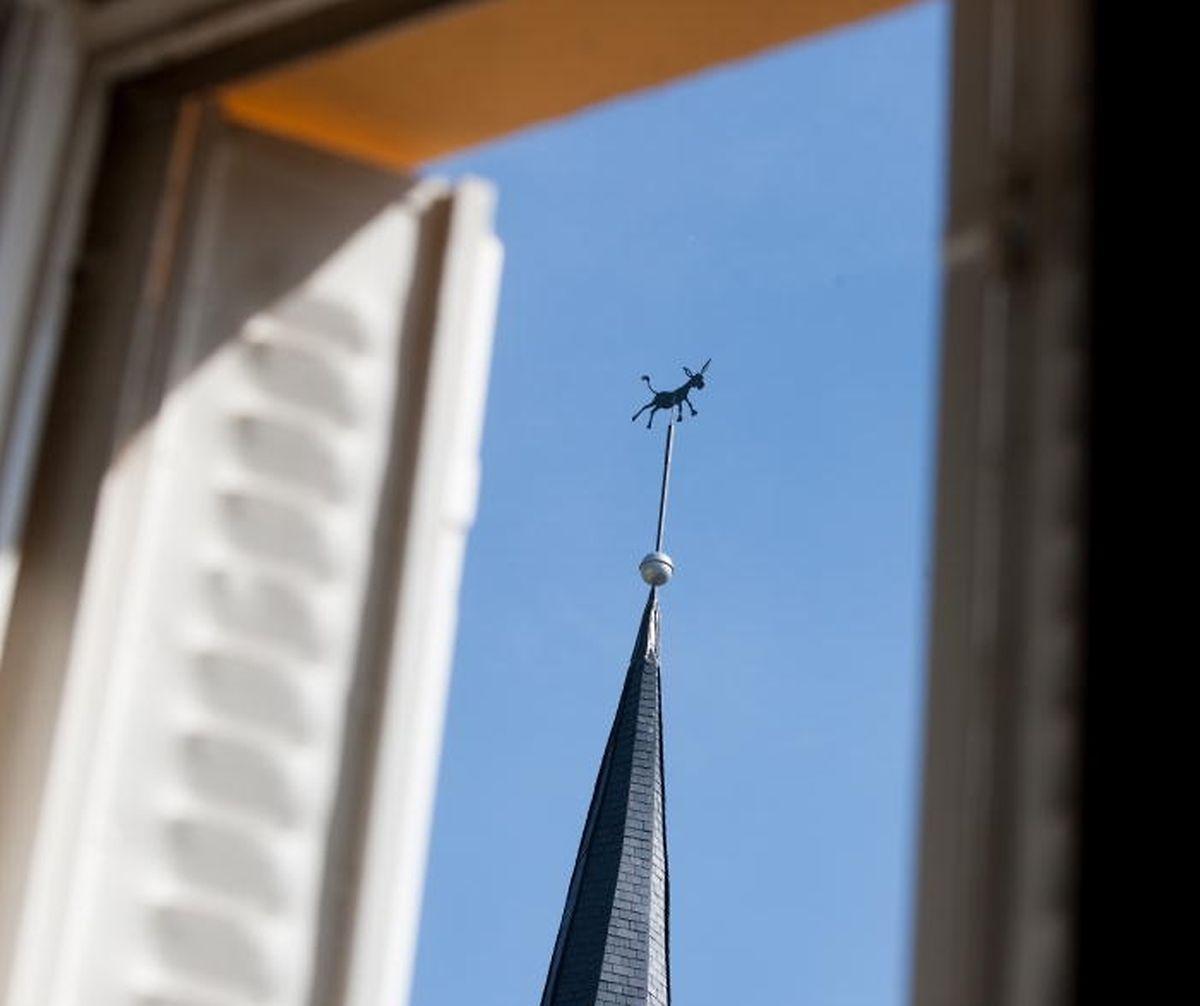Auf dem Kirchturm in Diekirch thront seit 2013 ein Esel.