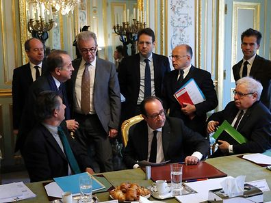 TOPSHOT - French President Francois Hollande (C), French President's Chief of Staff, Jean-Pierre Jouyet (L), French Interior Minister Matthias Fekl (Rear C), French Prime Minister Bernard Cazeneuve (C-R), head of Hollande's communication service Gaspard Gantzer (R) and French Justice Minister, Jean-Jacques Urvoas (Rear L) attend a meeting of the Defense Council on April 21, 2017 at the Elysee Palace in Paris, after a gunman opened fire on police on the Champs Elysees a day before. A gunman shot and killed a policeman and wounded two others on the world-famous Champs Elysees avenue in Paris on April 20 in an attack claimed by the Islamic State group. / AFP PHOTO / POOL / PHILIPPE WOJAZER