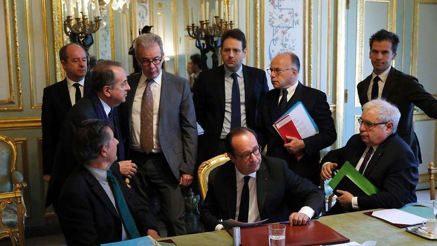 François Hollande, Jean-Pierre Jouyet, Matthias Fekl, Bernard Cazeneuve, Gaspard Gantzer, et Jean-Jacques Urvoas, réunis ce matin