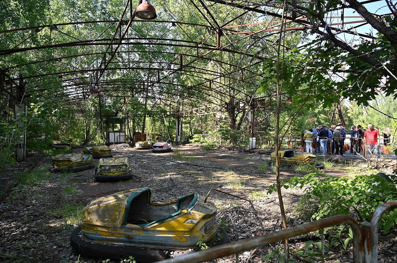 Turistas na cidade fantasma de Pripyat durante uma visita guiada à zona de exclusão de Chernobyl.