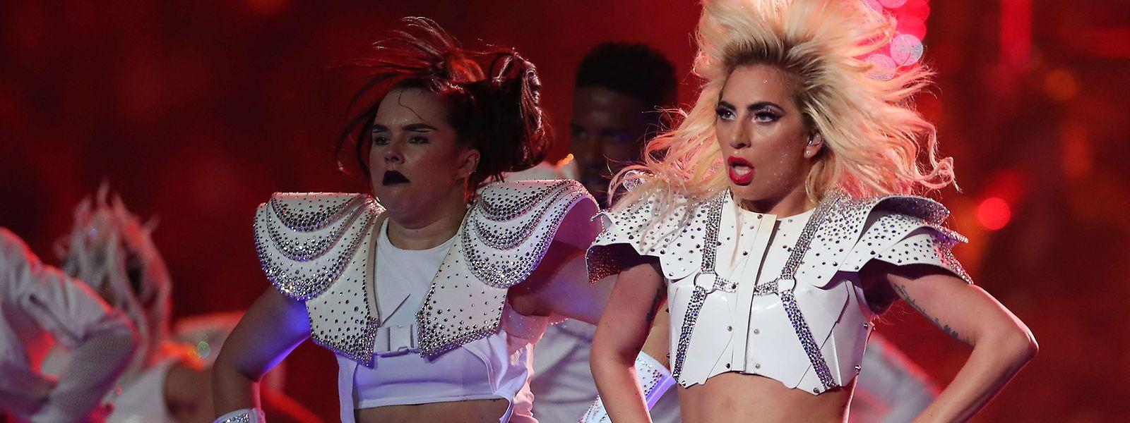 Erst silberfarben, dann gold, dann bauchfrei - Lady Gaga zog sich in zehn Minuten zweimal um.