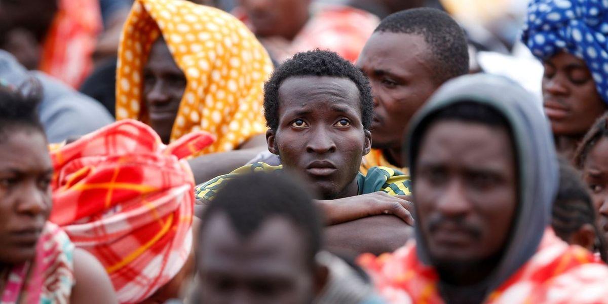 Auf einem Schiff der Organisation Ärzte ohne Grenzen erreichen Flüchtlinge den sizilianischen Hafen Augusta.
