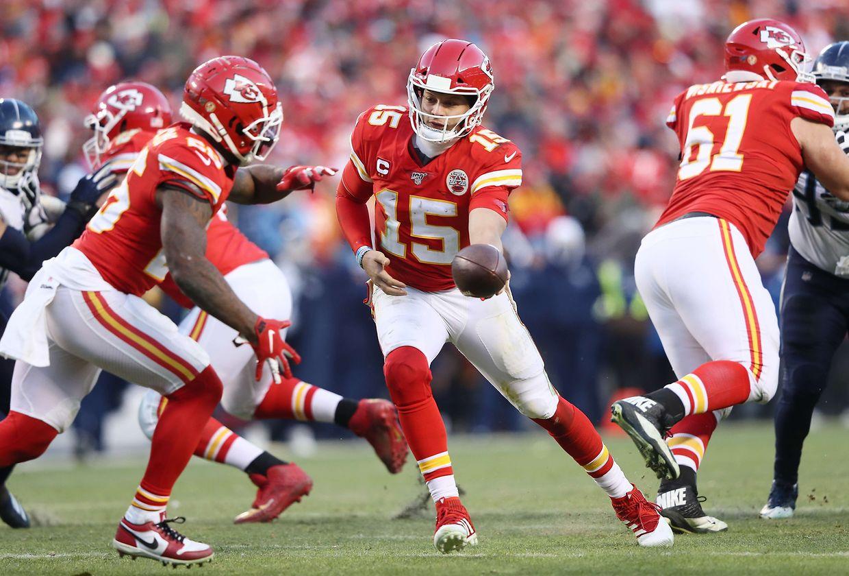 Les Kansas City Chiefs, en rouge, vont retrouver la finale du Super Bowl cinquante ans après leur dernière participation. Ils ont battu les Tenessee Titans 35-24.